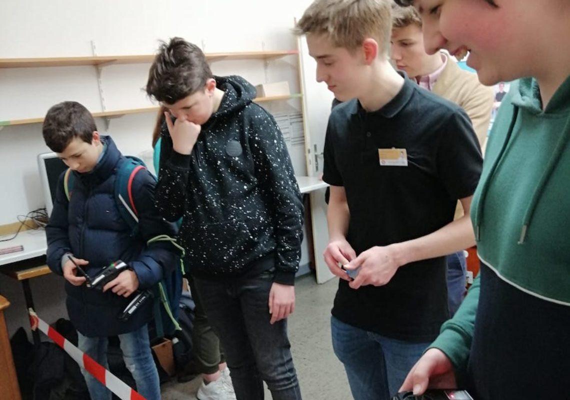 Schüler spielen mit dem Bot