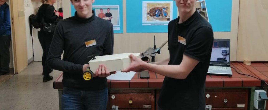 Bild der Gewinner mit dem fahrbaren Bot