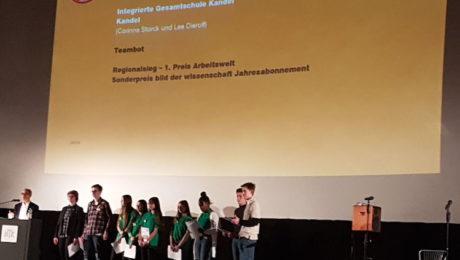 Schüler auf der Bühne bei der Preisverleihung